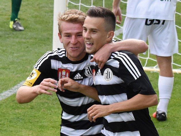 Druholigoví fotbalisté Dynama (na snímku jsou Michal Řezáč a Jakub Pešek) i Táborska mají o víkendu volno, ostatní fotbalové soutěže ale pokračují.