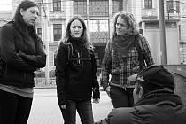 """""""U nádraží potkáme někoho vždycky,"""" říká Jaroslava Grusová hned na začátku naší netradiční procházky po Českých Budějovicích. Prvních """"bezdomovců"""" se ptáme na jejich zdravotní stav a aktuální potřeby."""