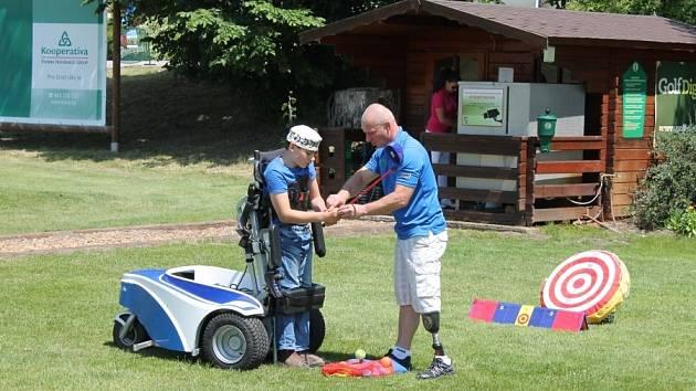PŘÍLEŽITOST. Miroslav Lidinský (vpravo) představuje speciální paragolfer mladému zájemci o golf
