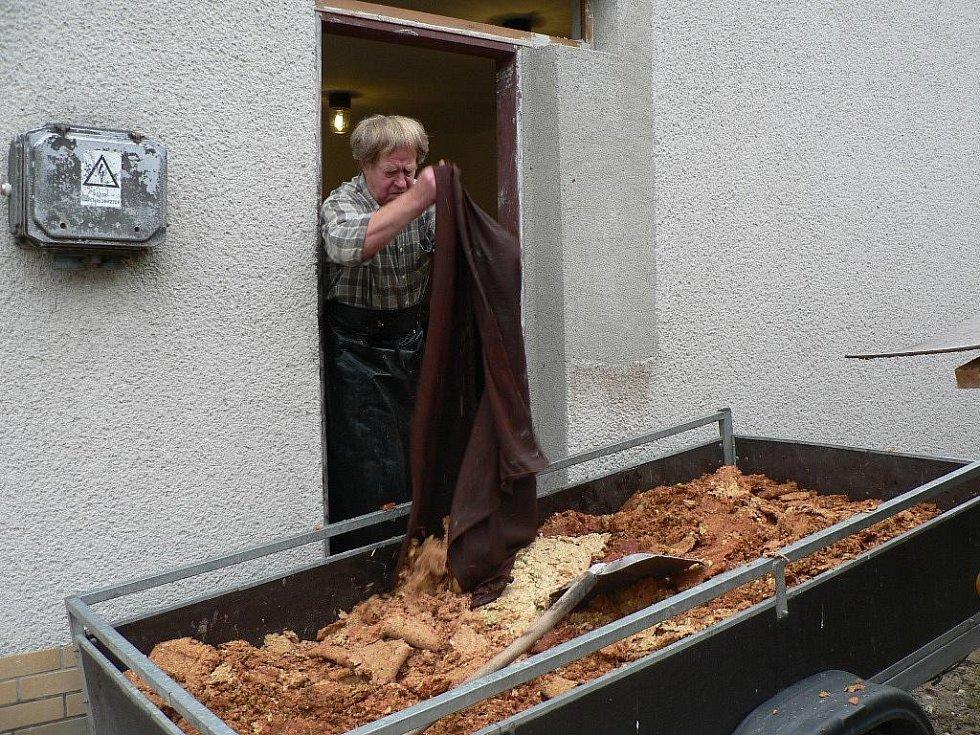 V moštárně zahrádkářů v Nových Hodějovicích už je sezóna v plném proudu. Po vylisování se drť odveze na zkrmení lesní zvěři.