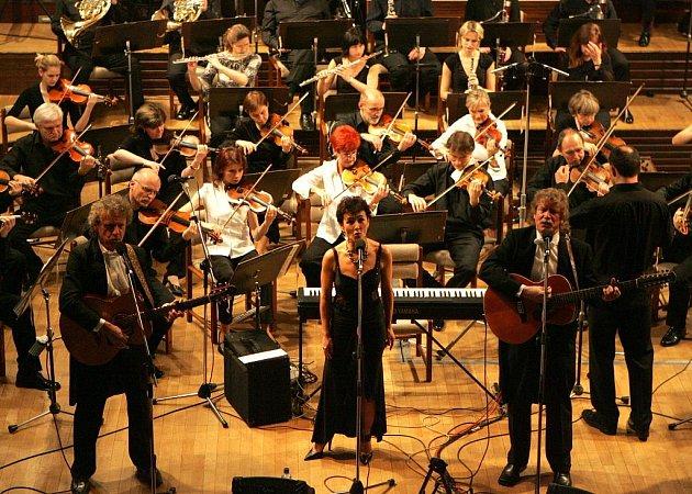 Nezmaři s Jihočeskou komorní filharmoniív koncertní síni Otakara Jeremiáše v Českých Budějovicích.
