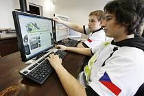 Tomáš Syrovátka a Jakub Hřebejk založili tým profesionálních hráčů počítačových her Authority Gaming. Ten sídlí v Českých Budějovicích a sbírá úspěchy na turnajích doma i v zahraničí.