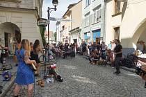Pouliční slavnost v Plachého ulici Plachanda Open představila pouliční umělce i místní podniky.