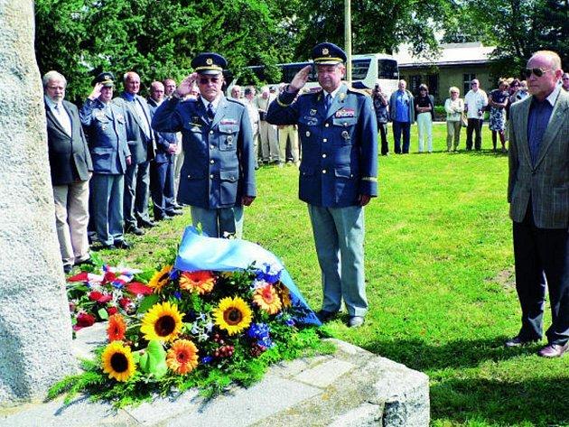 Věnec takzvané kaktusové letky z Bavorska a českobudějovického  1. stíhacího pluku položili zástupci obou leteckých organizací k pomníku pilotů, kteří zahynuli při výkonu služby.