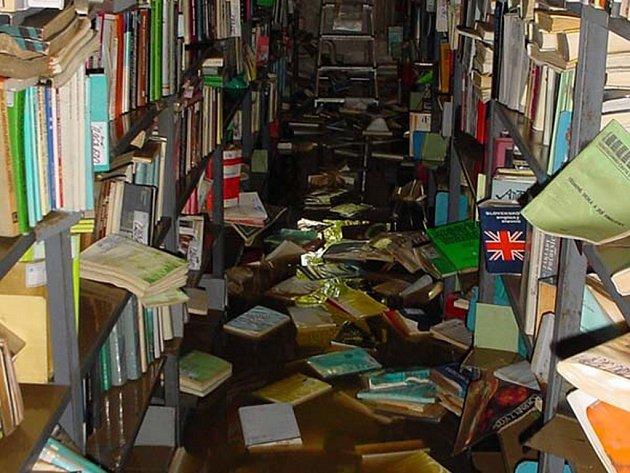 Voda v knihovně na Lidické sahala do výšky 1,7 metru.
