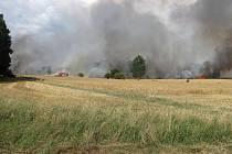 Stěna z kouře a plamenů zahalila o víkendu pole u Nové Vsi na Českokrumlovsku. Škoda byla odhadnuta předběžně na 1,2 milionu korun.