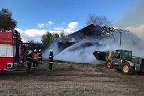 Požár skladu sena v Mazelově.