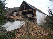 Hasiči zasahovali v Dražíči, kde spadl štít u místního zemědělského stavení.