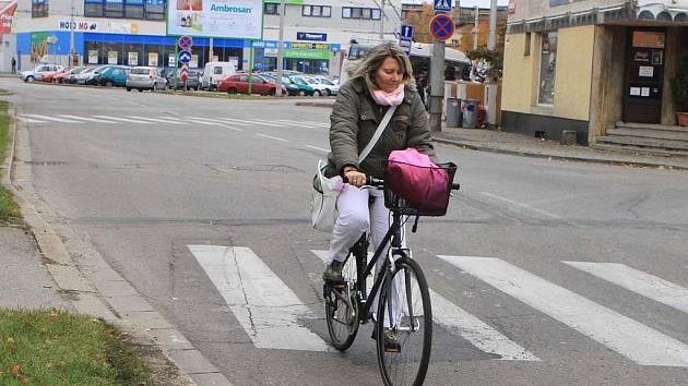 Ideálně by v tomto místě mohla cyklistka najíždět na vyhrazený cyklopruh na chodníku. V opačném směru by pak nemusela jet po Dobrovodské, ale paralelně by jela po ulici Edvarda Beneše, i zde by ale bylo nutné cyklisty upřednostnit pruhem.