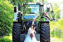 Svatbu stihli ve veletraktoru.