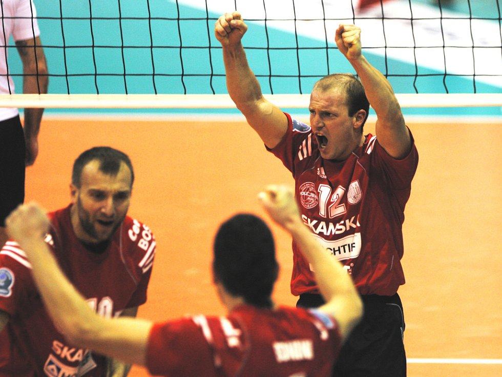 Takto se radovali hráči Jihostroje  po zápase jen v pátek. Nahrávač  Sládeček (vpravo) ale věří, že jeho tým uspěje.