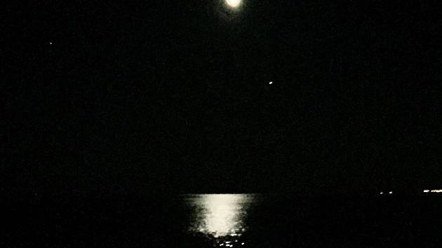 Fáze částečného zatmění Měsíce 27.července večer, jak jej zachytil Miloš Tichý, astronom a vedoucí Observatoře Kleť na dovolené v Bulharsku (Stari Nessebar). Jižně (dole) pod Měsícem svítí planeta Mars.
