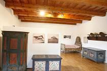 Jihočeské muzeum zahájí v sobotu sezonu na své pobočce, tvrzi v Žumberku, vzdálené 30 kilometrů od Českých Budějovic. Na snímku expozice lidového malovaného nábytku.