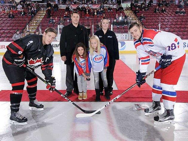 Kapitán naší reprezentační sedmnáctky Libor Zábranský (vpravo) na turnaji v Kanadě.