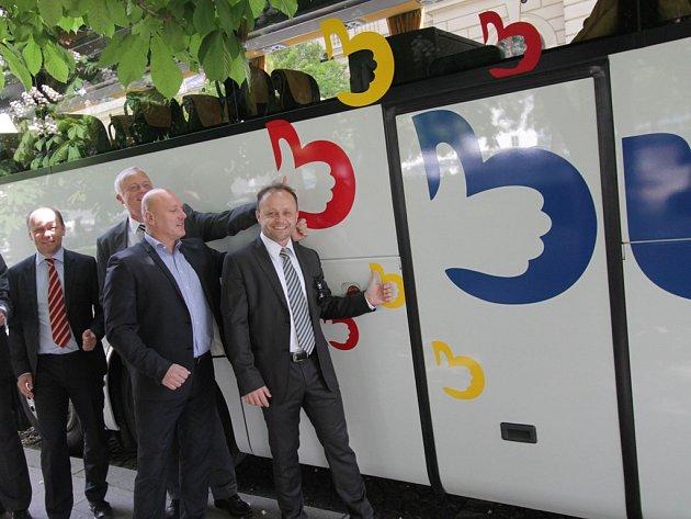 Novou značku Busem tento týden oficiálně představili zástupci vedení společnosti ČSAD Autobusy České Budějovice, mateřské společnosti ÖBB-Postbus GmBH., Jihočeské hospodářské komory a krajského koordinátora dopravy Jikord.