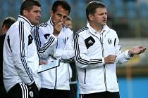 Trenér Dynama Miroslav Soukup spolu se svými asistenty Švantnerem a Vozábalem povede v pondělní dohrávce své svěřence proti Plzni.