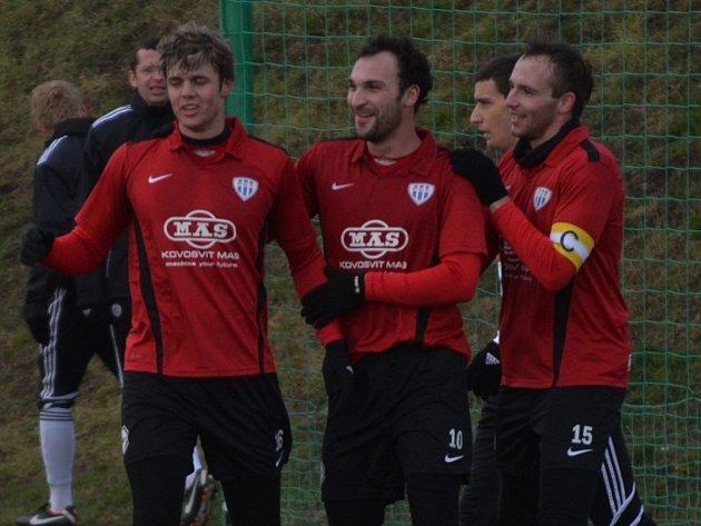 Peteru Mrázovi (vlevo) blahopřejí k prvnímu gólu Antonín Presl a Lukáš Mach.