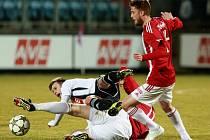 Fotbalisté Dynama to proti důrazné obraně Žižkova neměli snadné. Přesvědčil se o tom i Martin Hurka.