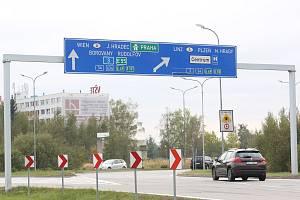 Přímé odbočení z budějovické Okružní ulice ve směru na Lišov by mělo přibýt už příští rok. Vylepší se tím zatížená křižovatka.