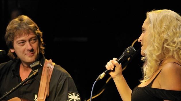 Devítka (na snímku Jan a Jindřiška Brožovi) bude jednou z kapel, které zahrají o víkendu na Folkové růži.