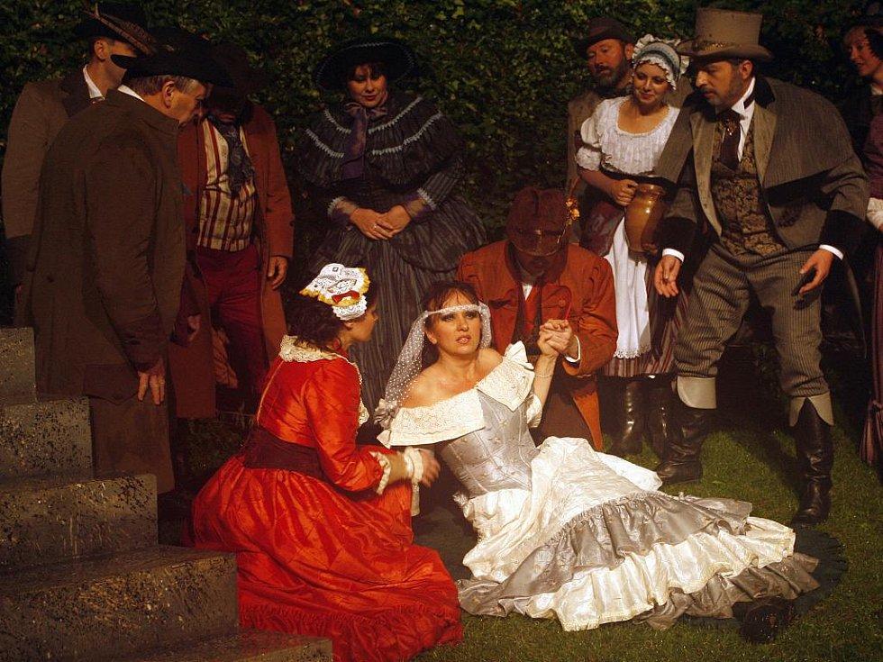 Premieru romantické opery Carla Marii von Webera Ostrostřelec uvede od středy Jihočeské divadlo na otáčivém hledišti v České Krumlově. Operu hudebně nastudoval Martin Peschík, scénu a kostýmy navrhl Jan Růžička.