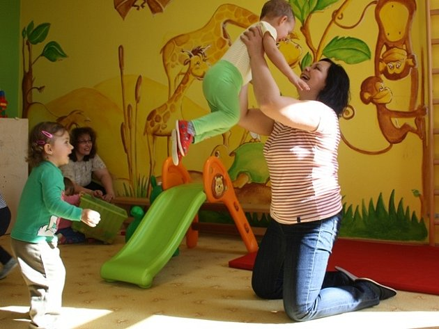 V pondělí dopoledne navštěvují centrum malé děti, které nechodí do školky.