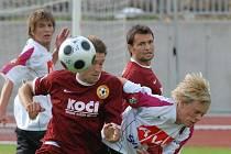 Po zápase s FC Písek (vpravo Pavel Picka bojuje s píseckým Červenkou) hraje juniorka Dynama v Písku dnes s béčkem Slavie a o víkendu bude na turnaji v Soběslavi.