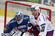 Centr první řady hokejistů HC Mountfield Tomáš Vak.