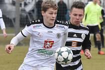 Marek Kalousek byl v I. lize dorostu Dynamo ČB - Hradec Králové smolařem utkání. Na snímku vopravo uniká Soukeníkovi.