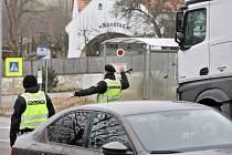 Policejní kontroly na hranicích jihočeských okresů budou pokračovat i o víkendu. Ilustrační foto.