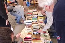 Vypírejte ve stanu plném knih
