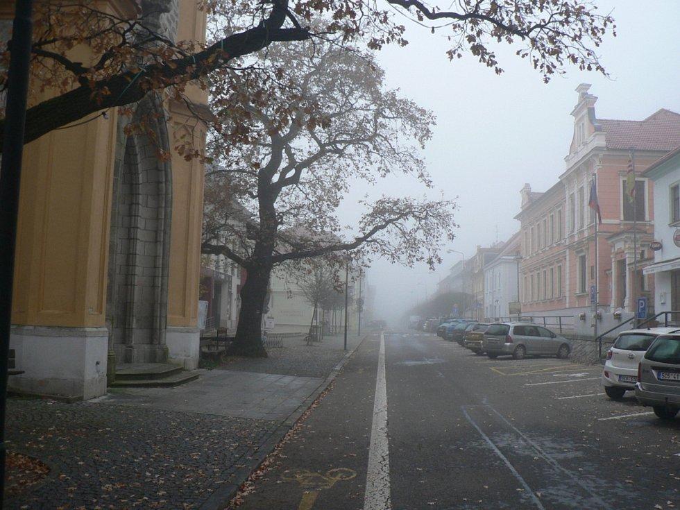 Nedělní ráno 8. 11. 2020 na Českobudějovicku za mimořádných opatření. Hluboká nad Vltavou.