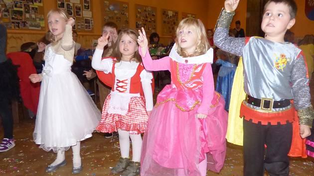 Další ročník maškarního bálu se v sobotu konal v Pištíně.