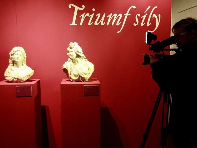Nový ředitel Alšovy galerie nasadil výstavou Odlesk perly vysokou laťku, jež je nadějným příslibem do budoucna.