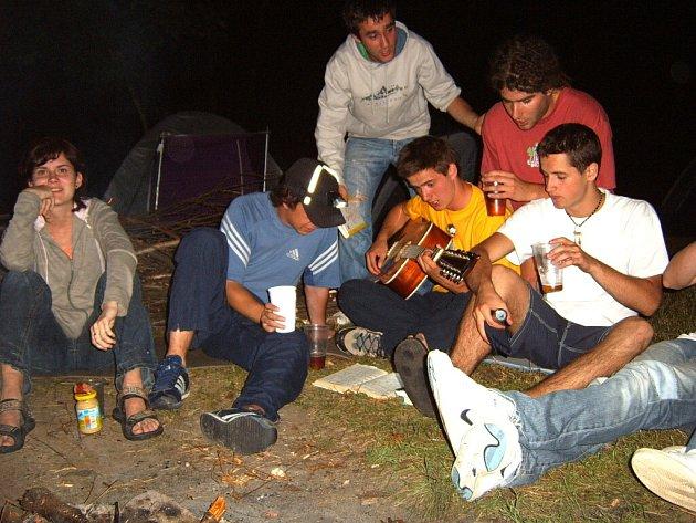 Mladí lidé si na chatách u vody často užívají až do rána. Hluk jimi způsobený může rušit některé sousedy. Na naší fotografii si parta mladíků vyhrává na kytaru.