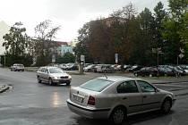 Místo přízemního prostoru pro parkování (na snímku) vznikne do konce roku 2014 nedaleko věznice v Českých Budějovicích parkovací dům s osmi podlažími pro auta.