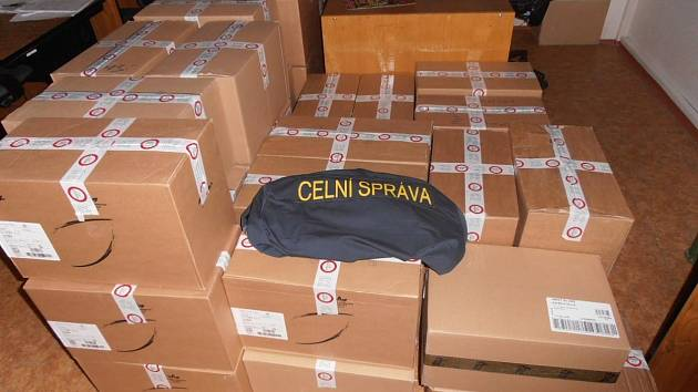 Kontraband 205 tisíc nezdaněných cigaret zajistili minulý týden celníci na Jindřichohradecku. Případ nadále řeší.