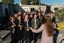 Pietní akt Gymnázia Česká. Studenti renovovali hrobku někdejšího ředitele