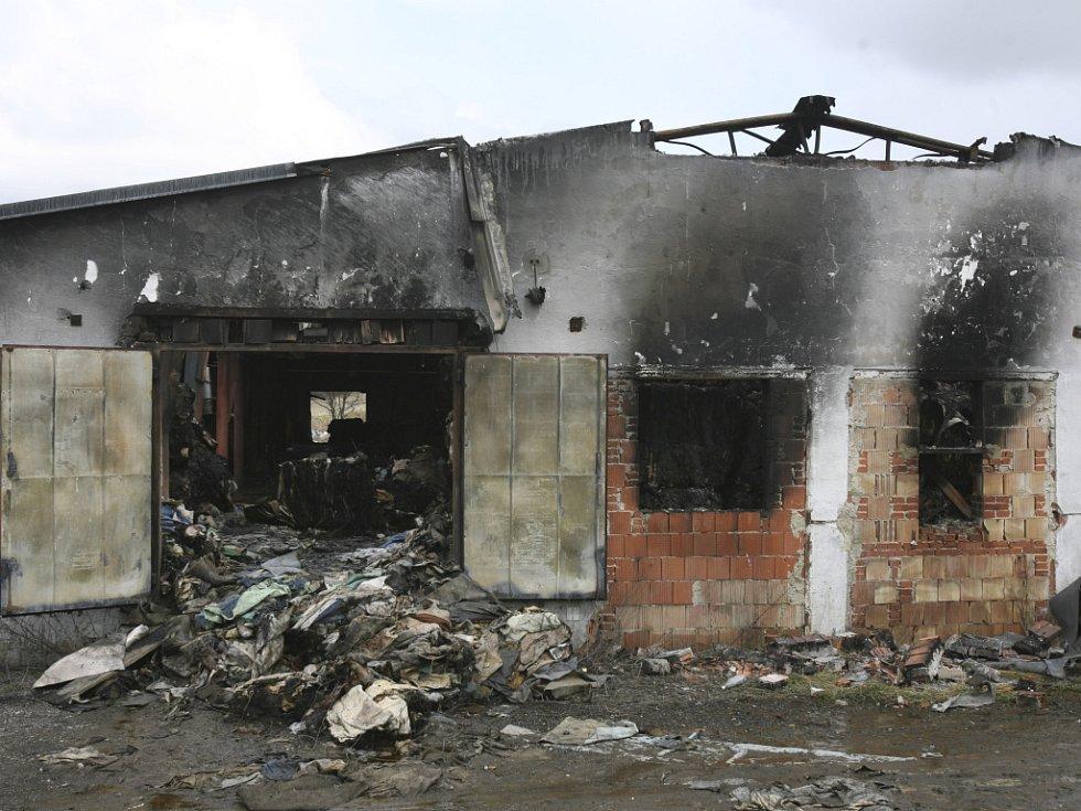 Snímek ukazuje, jak dopadl bývalý kravín ve Vrátě u Českých Budějovic po středečním ničivém požáru. Hořely zde především plastové odpady a textilie.
