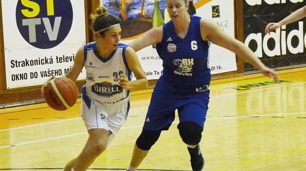 NEDAŘÍ SE. Strakonickou Šárku Traubovou (vlevo) atakuje Hana Šmídková z Lokomotivy Karlovy Vary