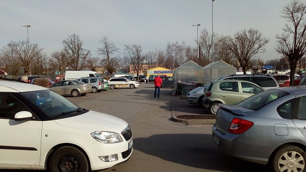 Dopravu u Kauflandu v Českých Budějovicích komplikovaly kolony aut
