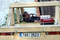 """Nové album Václava Koubka Avé nabízí jeho typické šansoniérství s nezaměnitelným vokálním projevem, místy poněkud kostrbatou, ale přesto šmrncovní poetikou a všudypřítomnou hospodskou náladou podporovanou """"dechem"""" akordeonu."""