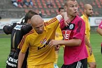 Tomáš Stráský v zápase s Duklou Praha ve Voticích bojuje s Mikulou.