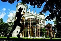 Neopakovatelná kulisa závodu Xterra Czech 2008. Běžecká trasa vedla kolem zámku.