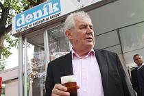 Miloš Zeman na českobudějovickém výstavišti u stánku Deníku.