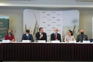 Země živitelka se bude v roce 2021 konat za podmínek ovlivněných koronavirem. Nabízí ale rozlehlý venkovní areál s velkou kapacitou návštěvnosti. Program agrosalonu představili zástupci Výstaviště České Budějovice nebo i Jindřich Fialka, náměstek ministra