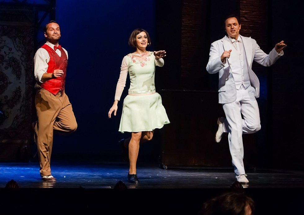 Jihočeské divadlo uvádí adaptaci slavného muzikálu Zpívání v dešti. U publika má úspěch, obdiv budí mj. stepařská čísla. Na snímku Jan Révai, Marie Blahynková a Jan Kříž.