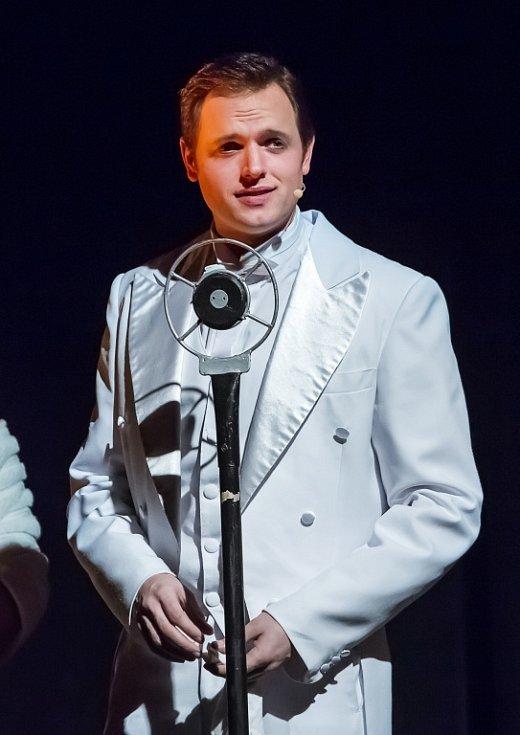 Jihočeské divadlo uvádí adaptaci slavného muzikálu Zpívání v dešti. U publika má úspěch, obdiv budí mj. stepařská čísla. Na snímku Jan Kříž jako Don Lockwood.