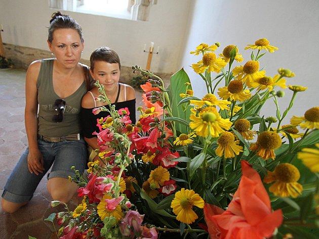Květinové vazby připomínají letošní husovské výročí ve Zlaté Koruně.