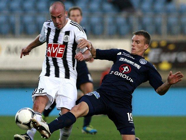 Ivoše Táborského v zápase Dynama se Slováckem zastavuje Radek Mezlík.